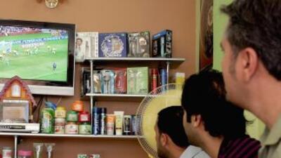 Muchos hispanos que hablan inglés se inclinan por TV y radio en español