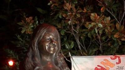 Develan busto de Jenni Rivera en plaza de Iturbide, lugar donde murió la cantante