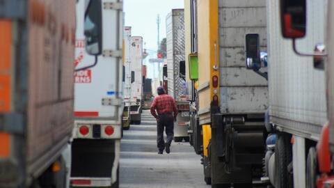 Las largas filas de camiones no dan tregua en la frontera, mientras surgen cuestionamientos por reasignación de agentes