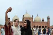 """<b>Mezquita de Badshahi, Lahore (Pakistán)</b> <br>Para encuadrar bien este tipo de fotografías arquitectónicas con personas recuerda  <a href=""""http://www.fotonostra.com/fotografia/reglatrestercios.htm"""">la regla de los tercios </a>(puedes verlo aquí), y si ya estás en modo experto, prueba con  <a href=""""http://www.dzoom.org.es/descubre-que-es-la-proporcion-aurea-y-como-puede-ayudarte-en-la-composicion-de-tus-fotos/"""">la proporción áurea</a> para lograr composiciones armoniosas."""