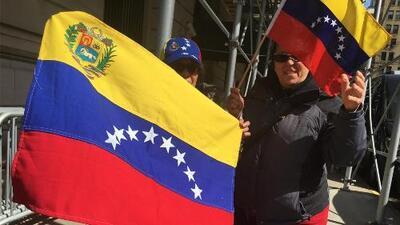 """""""¡Fuera de Venezuela!"""": la protesta de ciudadanos de ese país frente al consulado ruso en Manhattan"""