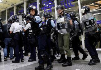 Protestas y gas pimienta paralizan aeropuerto de Hong Kong, uno de los más transitados