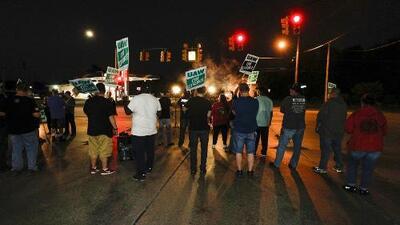 Alrededor de 50,000 trabajadores automotrices realizan una huelga nacional en reclamo de mejoras en sus condiciones