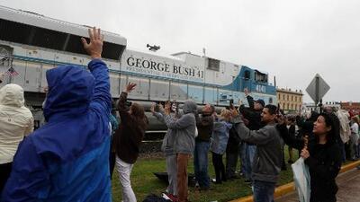 Cientos de personas despidieron a George Bush padre durante el recorrido en tren de su féretro