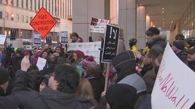 Un centenar de manifestantes alzan la voz en el Departamento de Seguridad Interna contra las órdenes ejecutivas de Trump