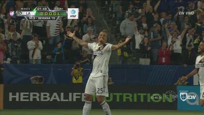 Cobro perfecto de Jona dos Santos y gol de Rolf Feltscher para el 1-0 de LA Galaxy