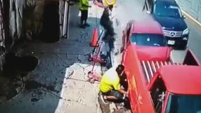 Arreglaba la llanta de su auto cuando casi fue atropellado por un auto fuera de control