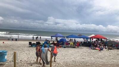 Padre muere al tratar de evitar que sus hijos se ahoguen en una playa de Carolina del Norte