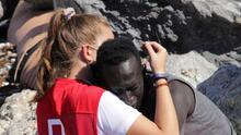 La historia de la mujer de la Cruz Roja que consoló a un migrante y terminó insultada en las redes sociales