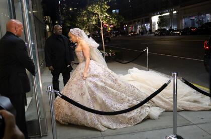 Jennifer López fue captada mientras estaba grabando una escena para su próximo proyecto cinematográfico 'Marry me' en Nueva York.