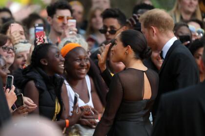 Tanto Meghan Markle como el príncipe Harry atendieron las preguntas de diversas personas.