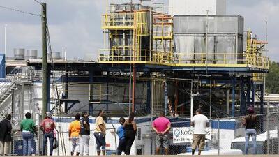 Decenas de inmigrantes son despedidos de una planta de comida en donde ocurrieron redadas en Mississippi