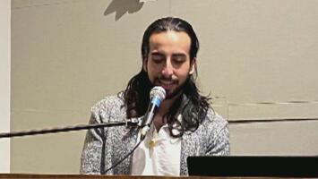 Poeta, escritor y activista: así es este joven de origen hispano que está trabajando en su primer libro