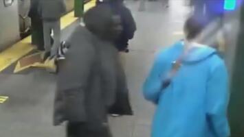 Arrestan al sospechoso de lanzar a un hombre a los rieles del subway en Brooklyn