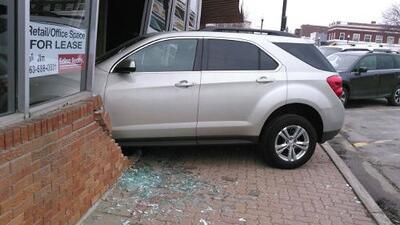 Reprobada instantáneamente, joven choca carro contra oficina de licencias al iniciar examen de manejo