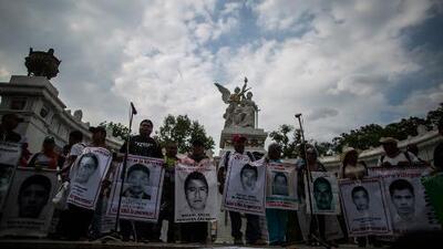 Padres de los 43 exigen justicia a 8 meses de desapariciones