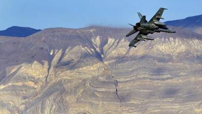 """""""Se vio como una bomba"""": un avión de combate de la Marina se estrella durante entrenamiento en California"""