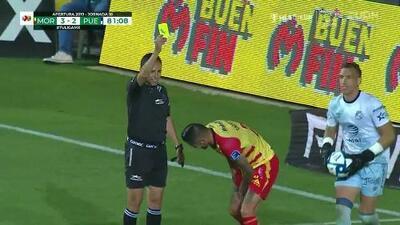 Tarjeta amarilla. El árbitro amonesta a Rodrigo Millar de Monarcas Morelia
