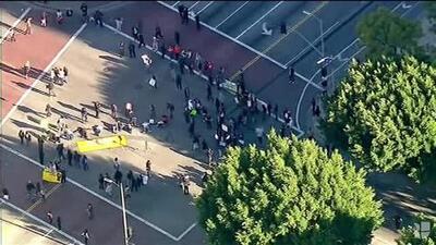 Inmigrantes bloquean calle en Los Ángeles para protestar contra las redadas de ICE