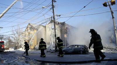 Múltiples incendios dejaron dos bomberos heridos y varios edificios destruidos en Newark
