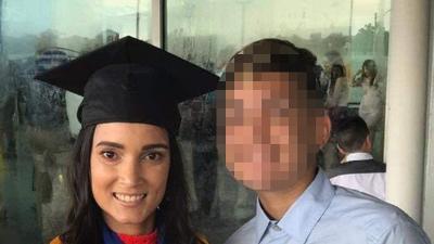 Una mujer es asesinada a puñaladas por su hijo adolescente, según autoridades