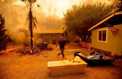 """El incendio Hennessey, en el condado de Napa, ha provocado evacuaciones en los alrededores de la carretera 128, como las calles de Lower Chiles Valley Road, Monticello Road, Chiles Pope Valley Road, Hennessey Ridge Road, <a href=""""https://twitter.com/CALFIRELNU/status/1295801907328557059"""" target=""""_blank"""">Butts Canyon Road y Snell Valley Road</a> hasta la zona de Spanish Valley."""