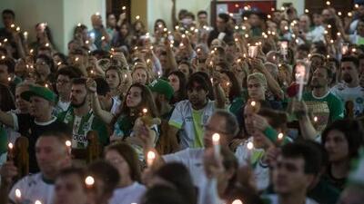 Miles de personas se reúnen en misa nocturna por aniversario del accidente del Chapecoense