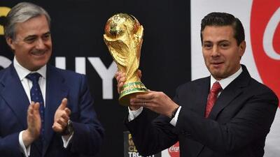 La Copa FIFA es recibida por el presidente de México, Enrique Peña Nieto