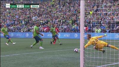 ¡Atajadón de Stefan Frei! Abajó donde duele, saca el balón y salva a Seattle