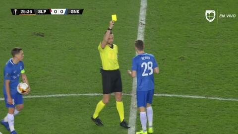 Tarjeta amarilla. El árbitro amonesta a Bryan Heynen de KRC Genk