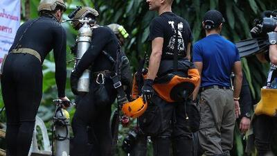 Muere un buzo de rescate durante la operación para sacar a los niños de una cueva en Tailandia