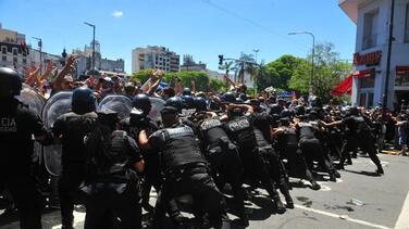 Policía y fanáticos se enfrentan en el funeral de Maradona