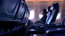 """""""Tenemos que seguir protegiéndonos con mascarilla"""": consejos de expertos para quienes viajarán en avión durante verano"""