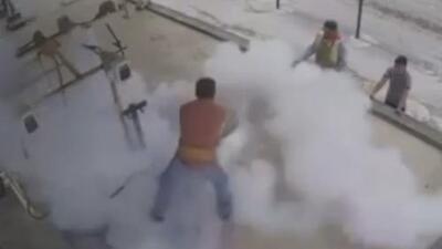 En video: Un empleado sobrevive a una enorme explosión de gas en México