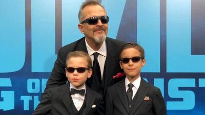En falda y con lentes, Miguel Bosé y sus hijos deslumbran en la alfombra roja de 'Godzilla'