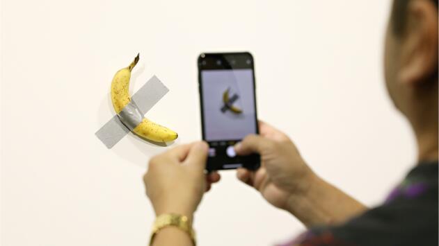 Se comen la banana de la obra de arte que se vendió por 120,000 dólares en el Art Basel