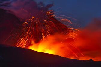 En fotos: el volcán Etna vuelve a entrar en erupción