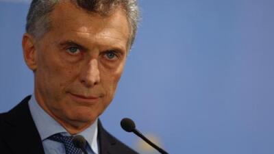 Apedrean el auto de Macri en un fin de año con cortocircuitos en Argentina