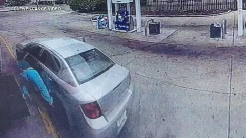 Captan el momento en que una roban un auto a una mujer embarazada mientras repostaba gasolina