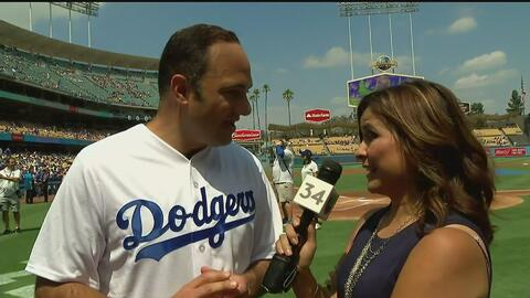 León Krauze lanza la primera bola en el encuentro entre los Dodgers y los Padres