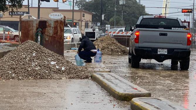 Ordena hervir el agua pero no todos los residentes tienen el servicio, así toman medidas