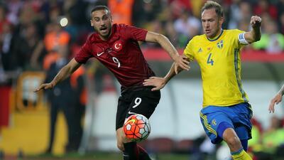 Cenk Tosun da la victoria a Turquía 2-1 ante Suecia