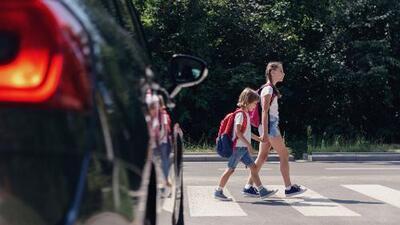 Autoridades alertan sobre los riesgos de usar Uber o Lyft para enviar a sus hijos a la escuela