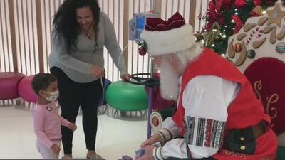 Santa Claus llega a alegrar a niños del Hospital Nicklaus en Miami