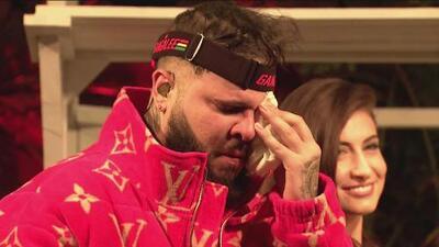 """""""No ha sido fácil lo que yo he vivido"""": Farruko rompe en llanto al recibir disco de platino por 'Calma'"""