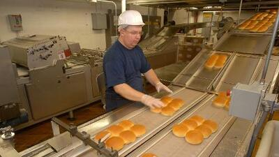 Retiran pan para hamburguesas y perros calientes vendidos en Aldi, Walmart y otras tiendas de comestibles por riesgo de asfixia