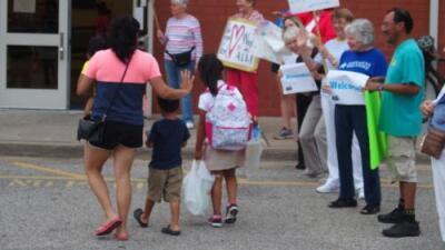 Primer día de colegio en Memphis: inmigrantes son recibidos como estrellas de rock para quitarles el miedo