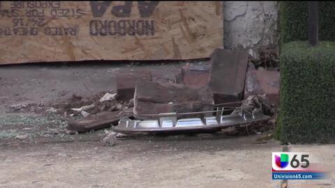 Tres sospechosos estrellan auto robado contra vivienda