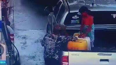 Niña de 7 años sufre quemaduras al incendiarse los galones de gasolina que llenaba junto a su padre