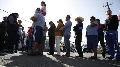 En largas filas muchos mexicanos esperan participar en las elecciones presidenciales